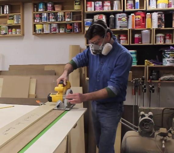 homem serrando madeira mdf