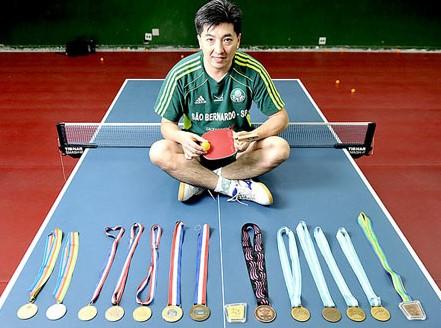 Hugo Hoyama com suas medalhas