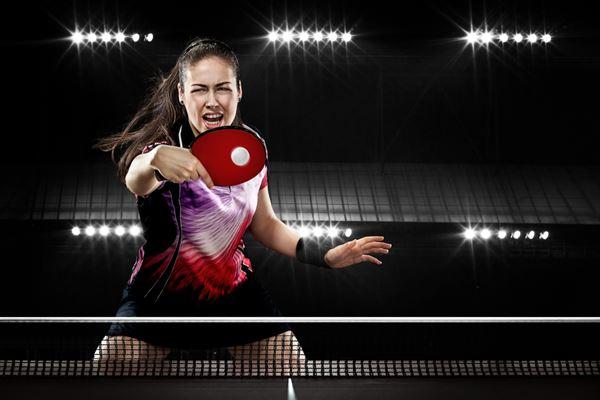 Mulher jogando tênis de mesa