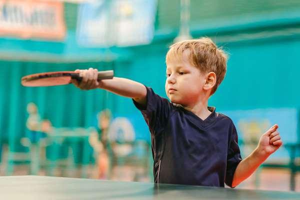 Criança jogando Ping Pong