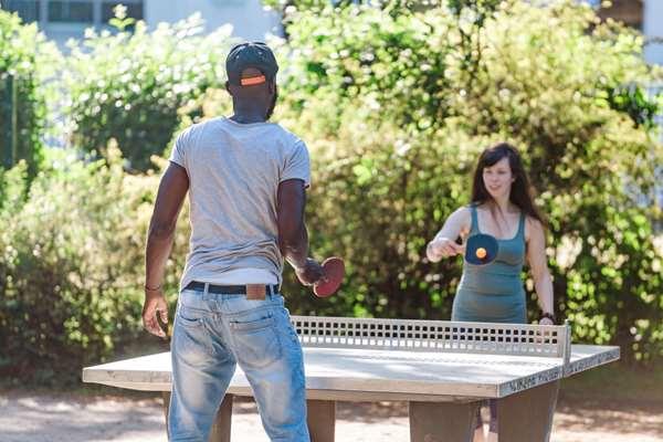 Jovens jogando tênis de mesa