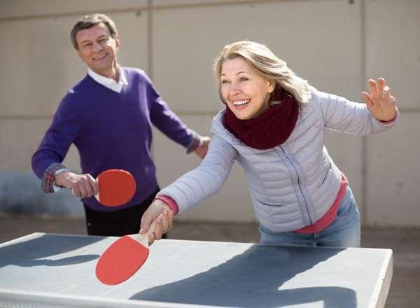Idosos jogando tênis de mesa